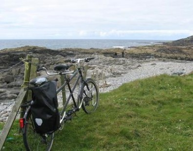 A tandem bicycle next to a beach on the Outer Hebrides, on a cycling holiday with The Carter Company