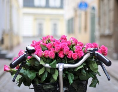 Beautiful bunch of roses in a bicycle basket - we recommend Liberty of London for a nice bunch of flowers